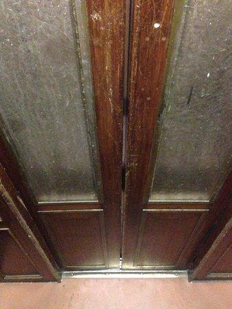 Hotel Duomo Firenze: Cool, vintage elevator doors.