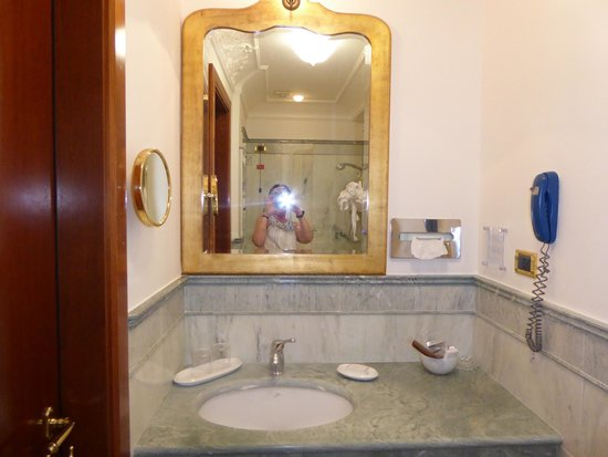 Art Hotel Orologio: Beautiful well equipped bathroom
