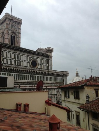Hotel Duomo Firenze : The view from my room's balcony (surrounded by apt. buildings and businesses, view of duomo)