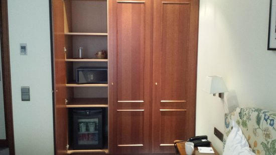 Marivaux Hotel: The room safe and fridge