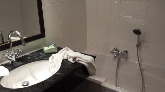 Marivaux Hotel: Good sized bathroom with bath