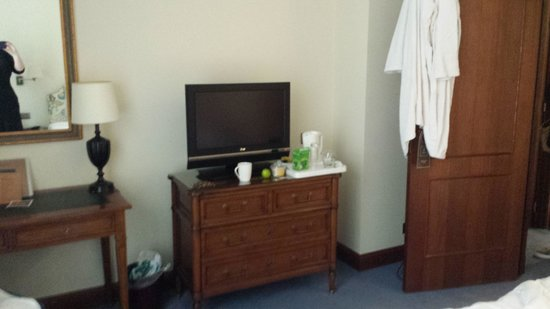 Marivaux Hotel: TV and kettle