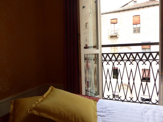 Art Hotel Orologio: lovely typically italian shuttered window overlooking the square