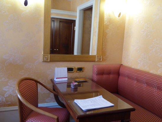Art Hotel Orologio : good seating area for a meal or writing