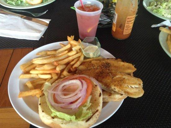 Sonesta Maho Beach Resort, Casino & Spa : Hamburguesa de pescado