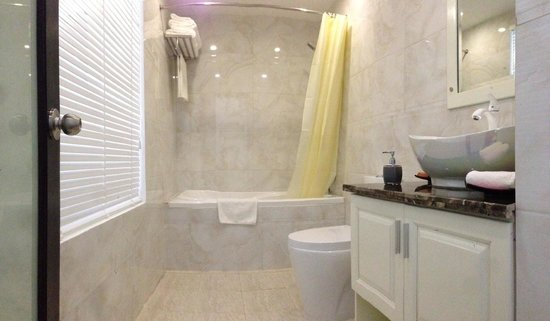 Noble Boutique Hotel: Bathroom - High Ceilings!