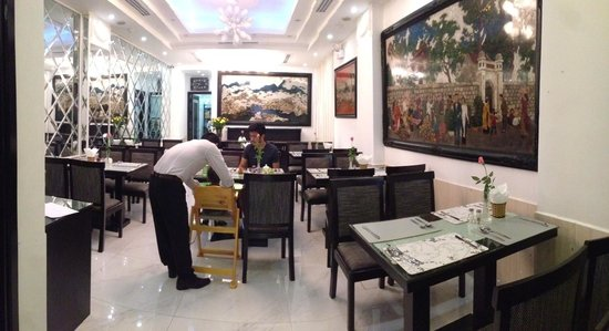 Noble Boutique Hotel: Dining/Breakfast area - Staff helping with a baby chair.