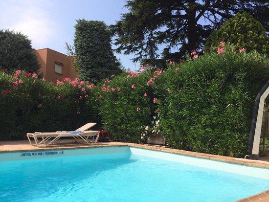 Hotel Spa Béausejour: La piscina
