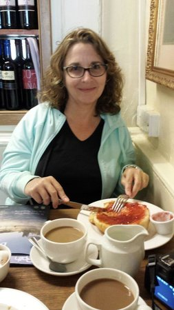 Sally Lunn's Historic Eating House & Museum: Strawberry Bun and Coffee