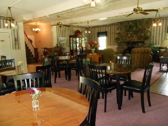 Lakeview Inn: breakfast room and social area on first floor