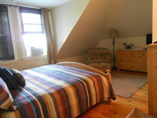 Lakeview Inn : deluxe king room 403