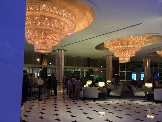Fontainebleau Miami Beach : Lobby, waiting for the nightclub to open.