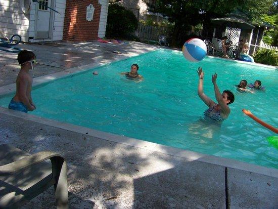 Balmoral Inn: Great pool