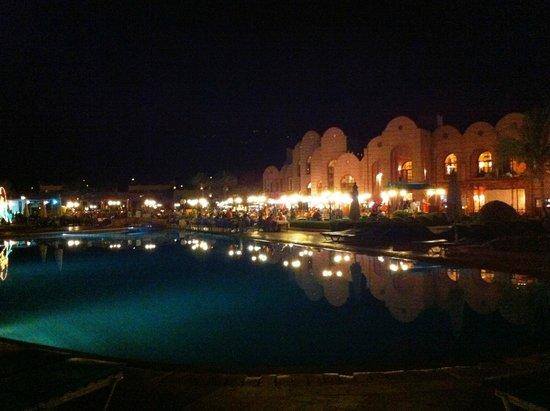 LTI Akassia Beach: Piscina centrale con ristorante