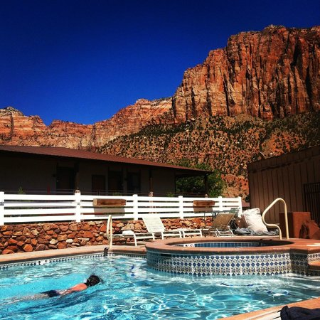 Historic Pioneer Lodge: pool with a view
