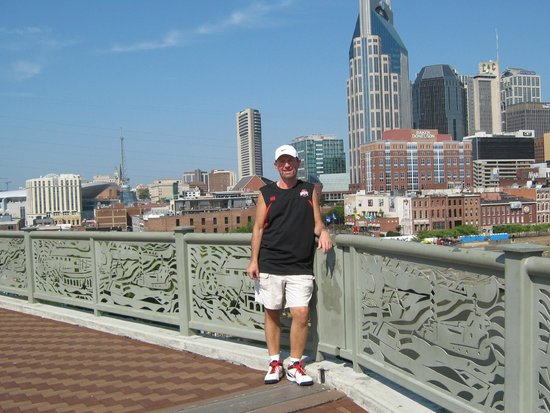 Renaissance Nashville Hotel: City view from the walking bridge