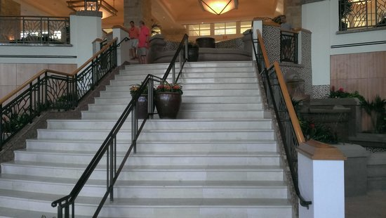 JW Marriott Phoenix Desert Ridge Resort & Spa: Stairs from foyer and fountain to pool