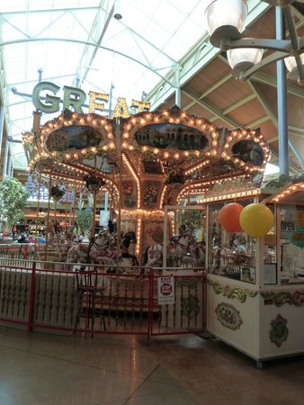 Great Lakes Crossing Outlets: carousel