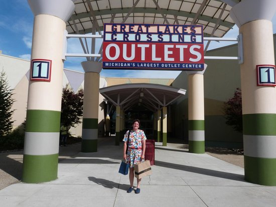 Great Lakes Crossing Outlets: happy shopper