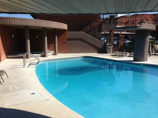 Best Western Coral Hills : There is a covered spa and a shallow kiddie pool
