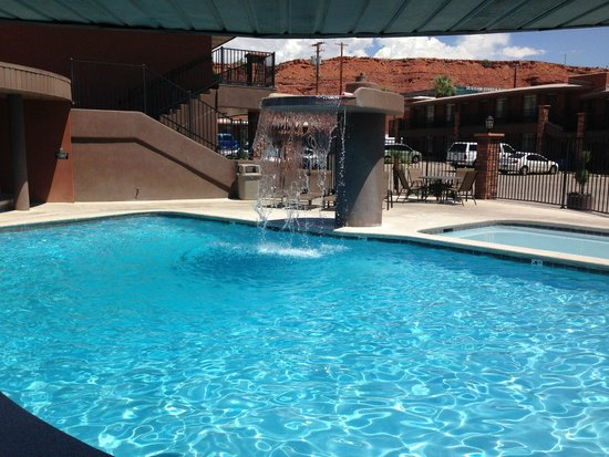 Best Western Coral Hills : The pool has a beautiful waterfall