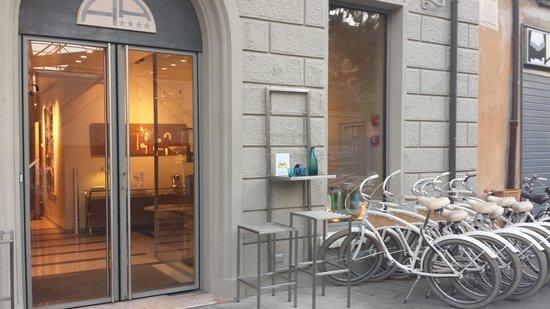 Hotel Annunziata: Entrada y bicicletas