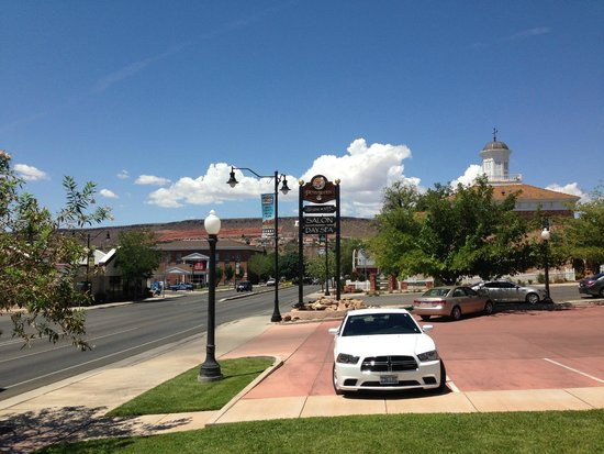 Best Western Coral Hills: A cute small town and a hair salon/spa next door