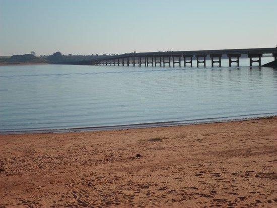 Avare, SP : Ponte, represa e a praia que se formou
