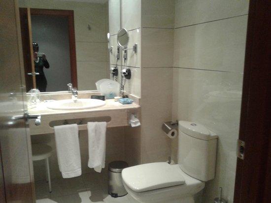 Clement Barajas Hotel: Baño en buen estado