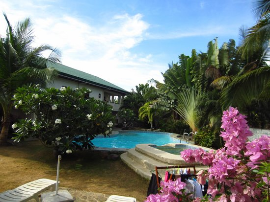 Alona Swiss Resort: Main courtyard and pool