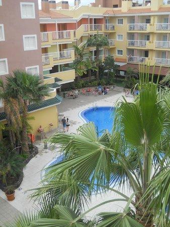 widok z okna na bar przy basenie