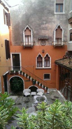 Hotel Gabrielli : The backyard