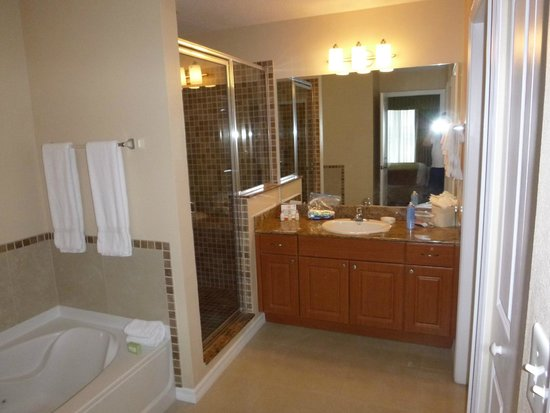 The Point Orlando Resort : nice countertops and shower