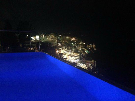 Cosmopolitan Suites Hotel: View from pool at night