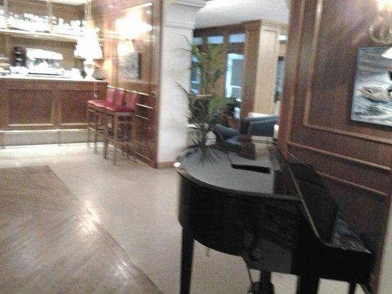 Iseo Lago Hotel: sala  con divani e poltrone