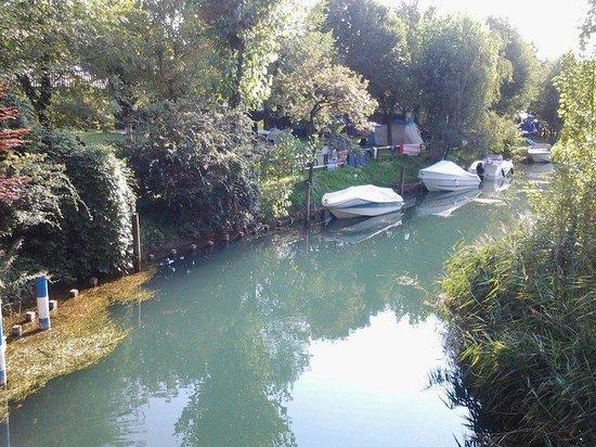 Iseo Lago Hotel: il fiume che segna il confine tra l'hotel e il lido saabanek