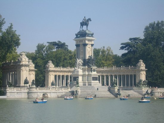 Parque del Retiro: The lake and beautiful statues