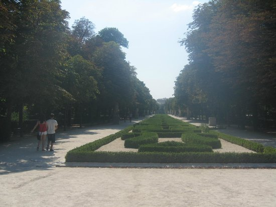 Parque del Retiro: Tree-lined pathways