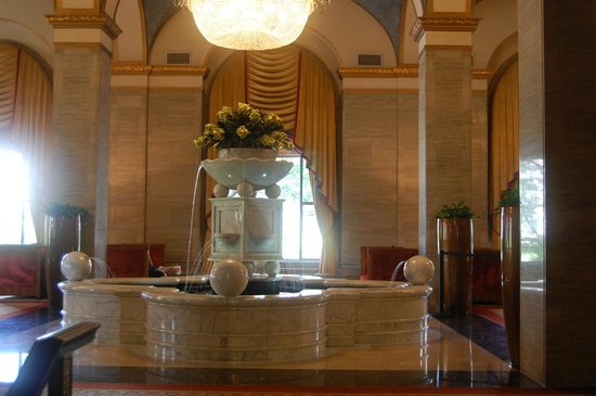 Renaissance Cleveland Hotel: The marble fountain in the lobby was mined from the same quarry as Michelangelo's David