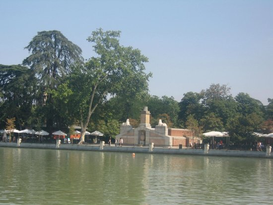 Parque del Retiro: A cafe near the lake