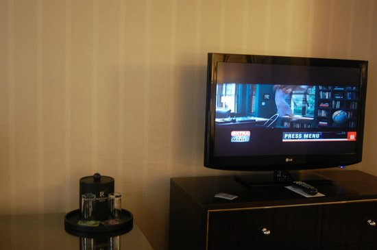 Renaissance Cleveland Hotel: Flat panel TV with the usual cable choices, including HD
