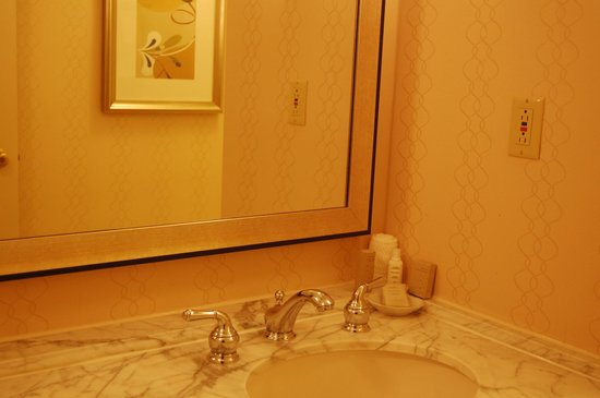 Renaissance Cleveland Hotel: Aveeno bath products, and even a vanity kit (cotton balls and swabs and an emery board)