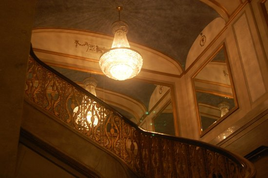 Renaissance Cleveland Hotel: Gorgeous stairway in the main lobby