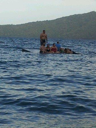 Laguna de Apoyo : Algunos turistas en una plataforma flotante en la Laguna, el Hotel Monkey Hut