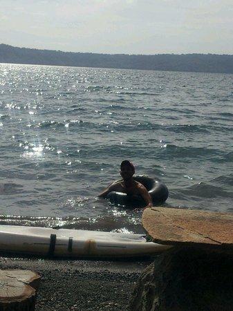 Laguna de Apoyo: en las orillas de Apoyo mi amigo Oscar nadando en un neumatico