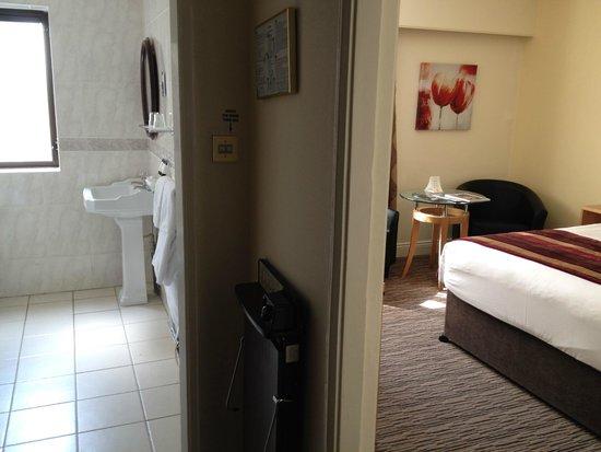 Riu Plaza The Gresham Dublin: Bathroom/Room view upon entry