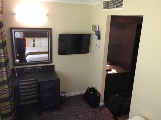 Holiday Inn London Gatwick Worth : TV and desk