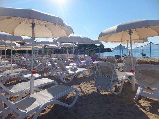 Hotel Resort & SPA Baia Caddinas: Lits de bains situés derrière la partie publique de la plage