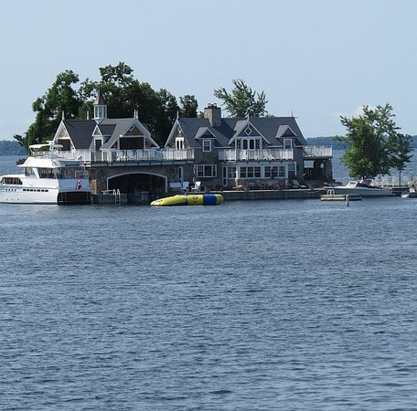 Thousand islands : Expensive Cottage, photo by Mike Keenan