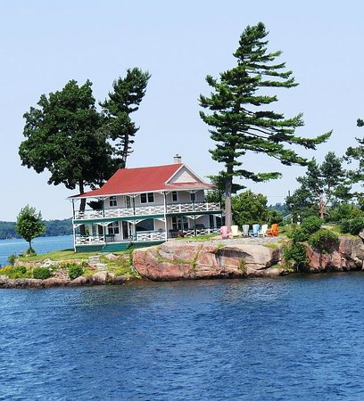 Thousand islands : Typical sight, photo by Mike Keenan